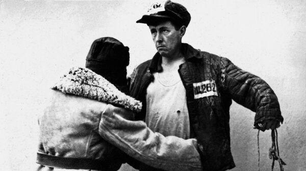 Ссыльный Александр Солженицын в лагерной телогрейке, 1953 год
