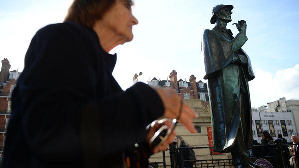 Памятник сыщику Шерлоку Холмсу у станции метро на Бейкер-стрит в Лондоне