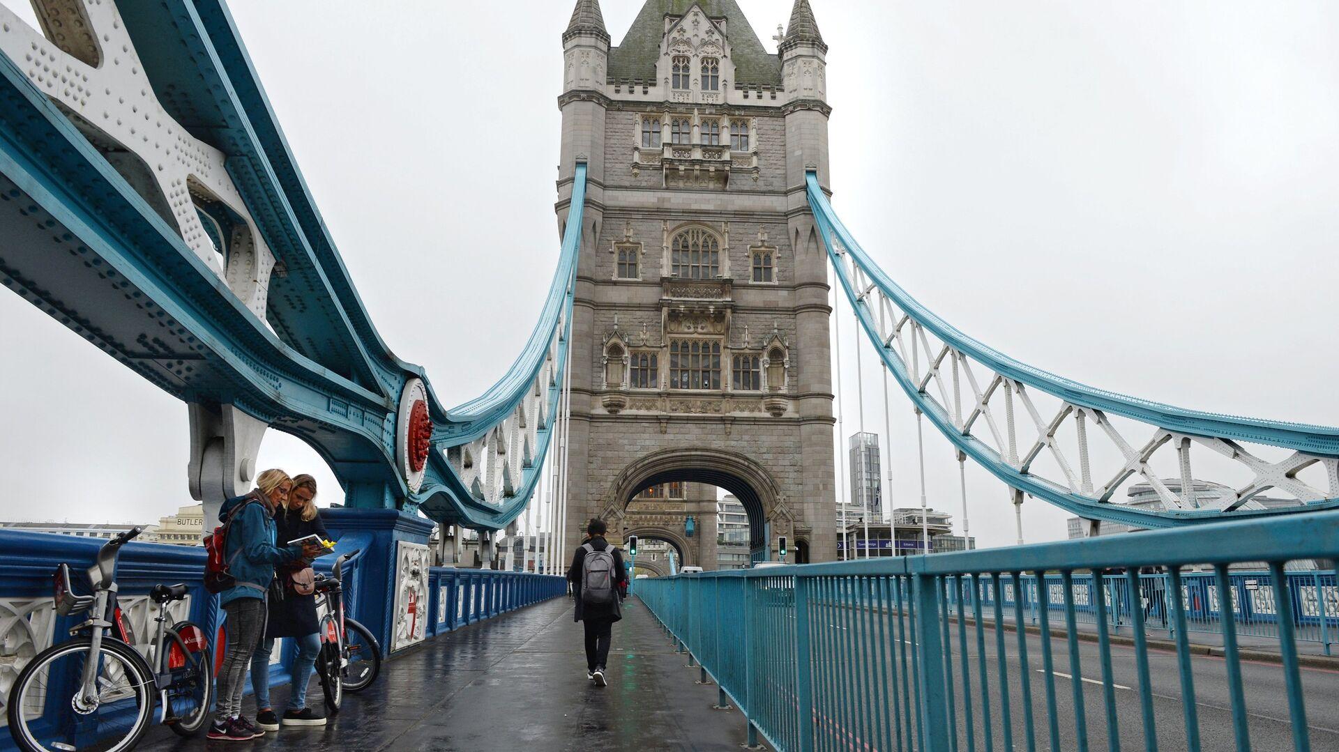 Туристы на Тауэрском мосту над Темзой в Лондоне - РИА Новости, 1920, 09.10.2021