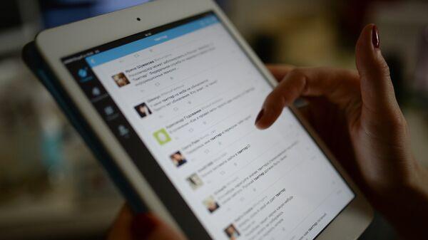 Приложение Twitter на экране планшетного компьютера. Архивное фото
