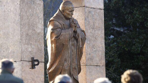 Памятник в честь Папы Римского Иоанна Павла II работы Зураба Церетели