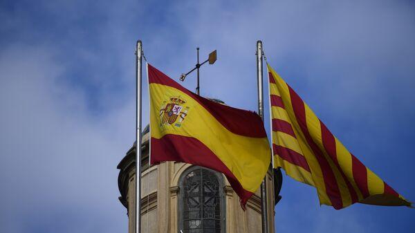 Испанский и каталонский флаги развеваются над зданием женералитета в Барселоне. Архивное фото