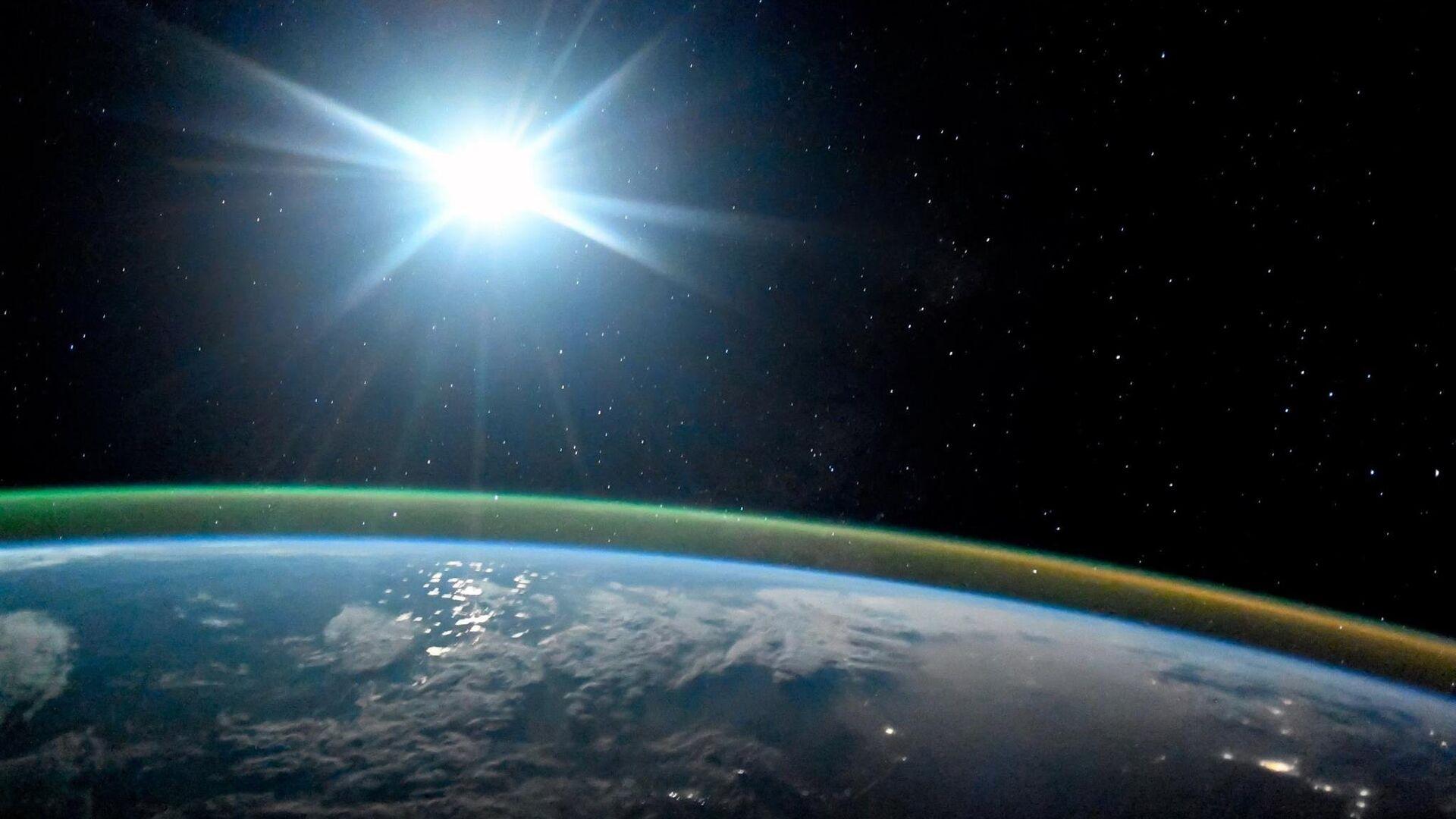 Ночная планета Земля в лунном свете и сиянии Авроры. 7 октября 2017 - РИА Новости, 1920, 09.12.2020