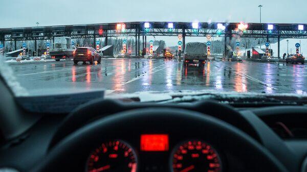 Автомобили на пункте оплаты проезда платного участка трассы М-11 Москва - Санкт-Петербург