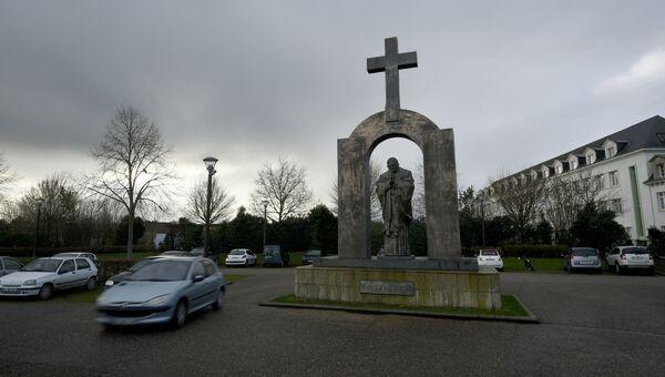 Памятник в честь Папы Римского Иоанна Павла II работы Зураба Церетели в городе Плоэрмеле, Франция