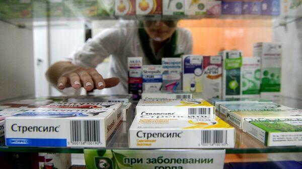 Витрина с лекарствами в аптеке