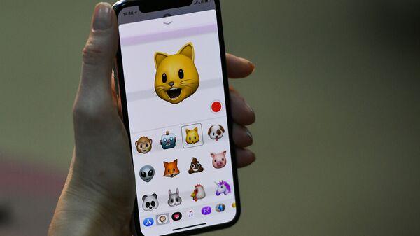 Эмодзи на экране нового смартфона iPhone X от компании Apple