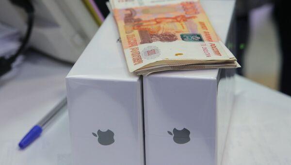 Новые смартфоны iPhone X в магазине. Архвиное фото