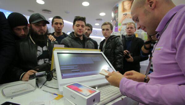 Продавец за прилавком во время старта продаж нового смартфона iPhone X в магазине Связной на Тверской улице в Москве