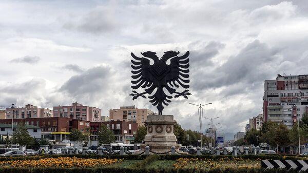 Герб Албании на одной из площадей в Тиране. Архивное фото