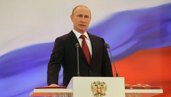 Избранный президент РФ Владимир Путин произносит текст присяги во время церемонии инаугурации. Архивное фото