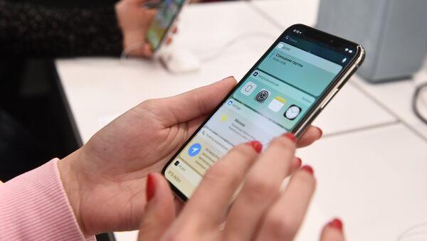 Покупатели рассматривают новый смартфон iPhone X в магазине re:Store на Тверской улице в Москве