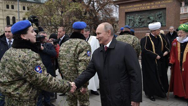 Президент РФ Владимир Путин на церемонии возложения цветов к памятнику Кузьме Минину и Дмитрию Пожарскому на Красной площади. 4 ноября 2017