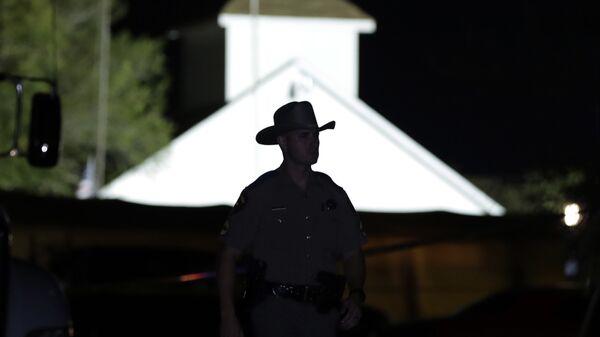Сотрудник правоохранительных органов США на месте стрельбы у церкви в Сазерленд-Спрингс в Техасе, США. 5 ноября 2017