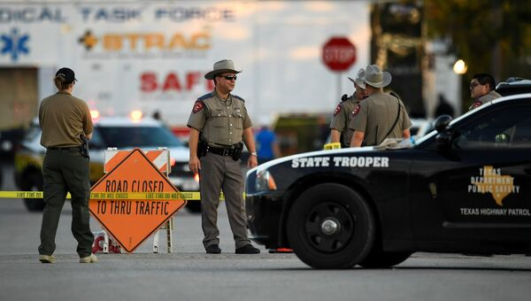 Сотрудники правоохранительных органов США на месте стрельбы у церкви в Сазерленд-Спрингс в Техасе, США. 5 ноября 2017