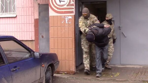 Сотрудники ФСБ во время задержания членов ячейки движения Артподготовка, готовивших в Москве поджоги административных зданий в День народного единства