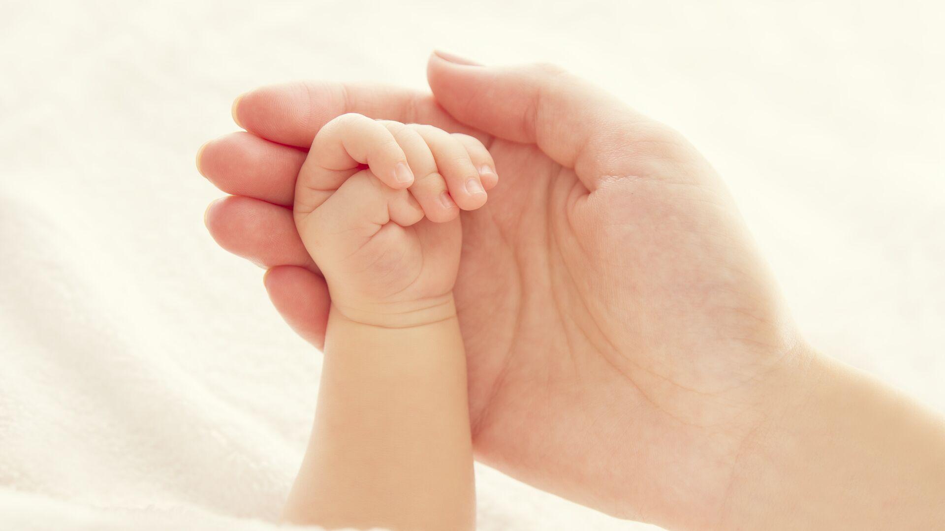 Руки ребенка и матери - РИА Новости, 1920, 17.06.2020