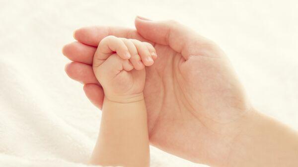 Руки ребенка и матери