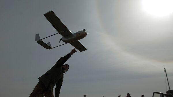Украинский военнослужащий запускает БПЛА