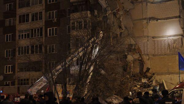 Сотрудники МЧС РФ на месте обрушения части жилого панельного дома по Удмуртской улице в Ижевске. 9 ноября 2017
