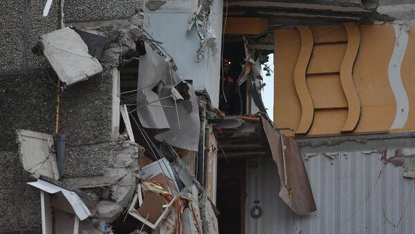 Сотрудники МЧС РФ на месте обрушения части жилого панельного дома по Удмуртской улице в Ижевске.10 ноября 2017