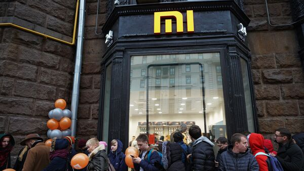 Посетители у магазина Xiaomi на Тверской лице в Москве. 11 ноября 2017