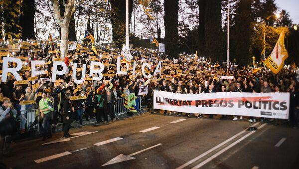 Участники митинга в защиту независимости Каталонии в Барселоне. 11 ноября 2017