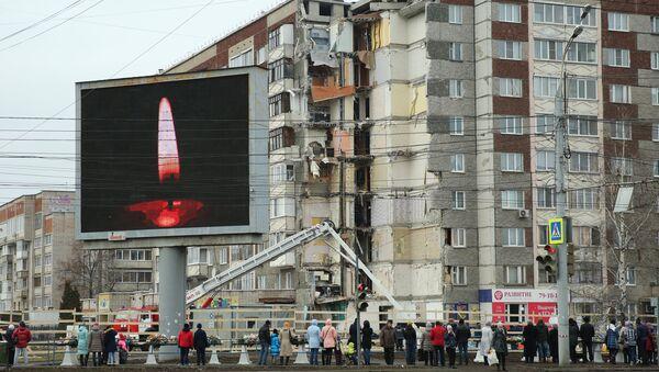 Щит с изображением свечи у жилого панельного дома по Удмуртской улице в Ижевске. 12 ноября 2017