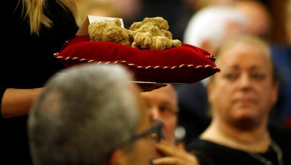 Трюфели весом 850 граммов во время международного аукциона в Италии. 12 ноября 2017