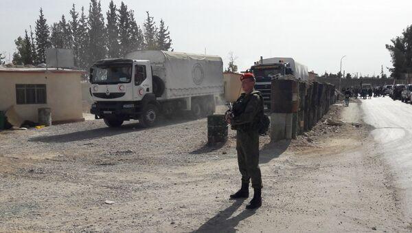 Российские военные обеспечивают безопасную доставку гумпомощи в пригород Дамаска, Сирия. 12 ноября 2017