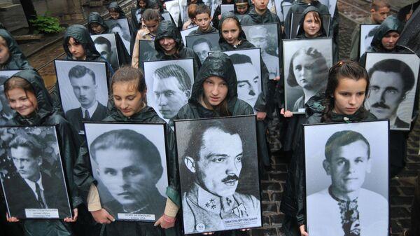 Украинские скауты с портретами ветеранов Украинской повстанческой армии (УПА) во время марша во Львове