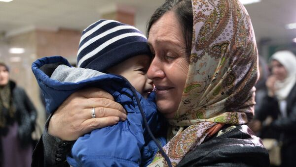 Во время встречи российских детей, возвращенных из Сирии, в аэропорту Грозного. 13 ноября 2017