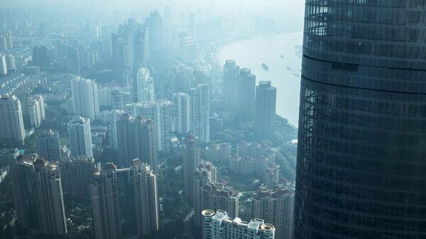 Шанхайская башня в районе Пудун в Шанхае