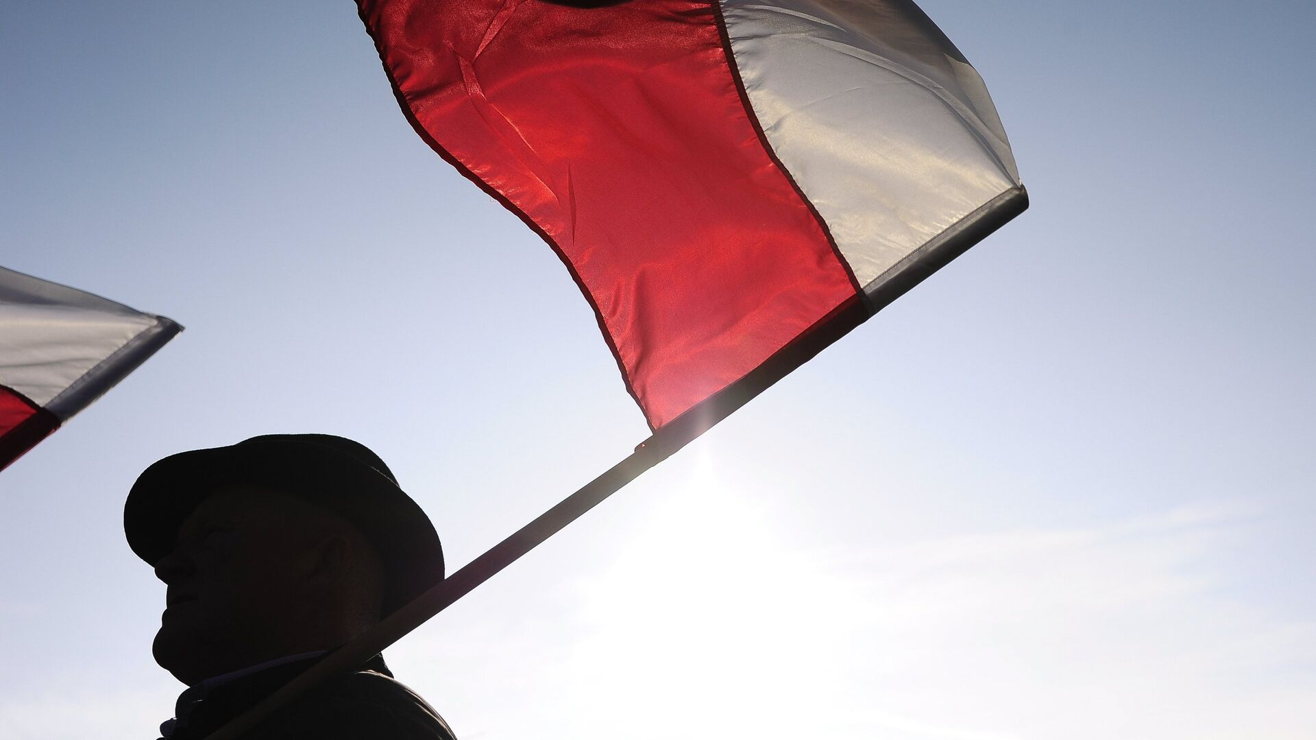 Мужчина с флагом Польши - РИА Новости, 1920, 26.05.2021