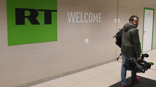 Оператор в офисе телеканала Russia Today в Москве.