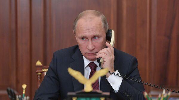 Президент РФ Владимир Путин во время телефонного разговора с главой ДНР Александром Захарченко и главой ЛНР Игорем Плотницким. 15 ноября 2017