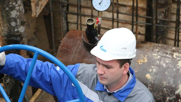 Сотрудник МОЭК во время гидравлических испытаний на теплотрассе