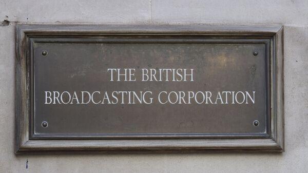 Вывеска на здании штаб-квартиры британская вещательной корпорации BBC в Лондоне