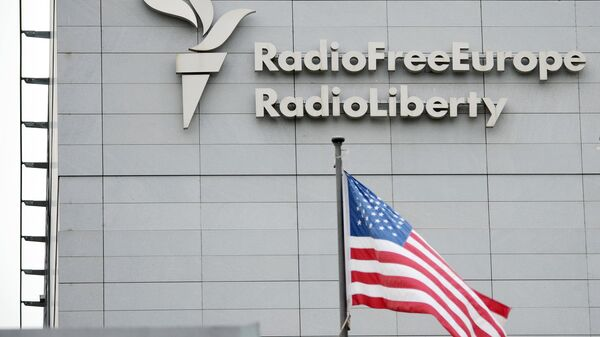 Вывеска на здании штаб-квартиры международной радиовещательной организации Свободная Европа/Свобода в Праге