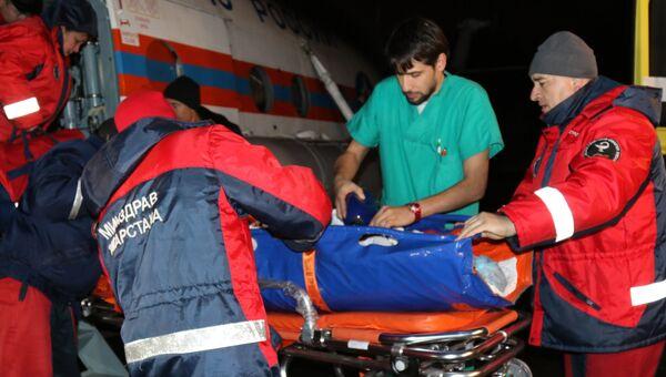 Медики во время эвакуации 14-летней девочки, пострадавшей в ДТП в Республике Марий Эл, доставленной вертолетом МИ-8 МТВ-1 МЧС России в Казань. 17 ноября 207