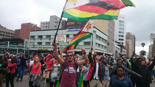 Участники марша за отставку президента Мугабе в Зимбабве. 18 ноября 2017