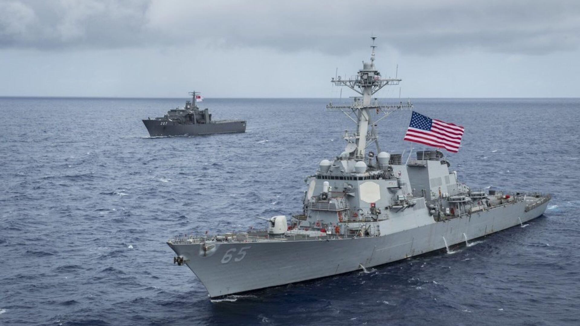 Американский эсминец USS Benfold (DDG-65) и японский буксир на учениях в заливе Сагами у восточного побережья Японии - РИА Новости, 1920, 12.07.2021