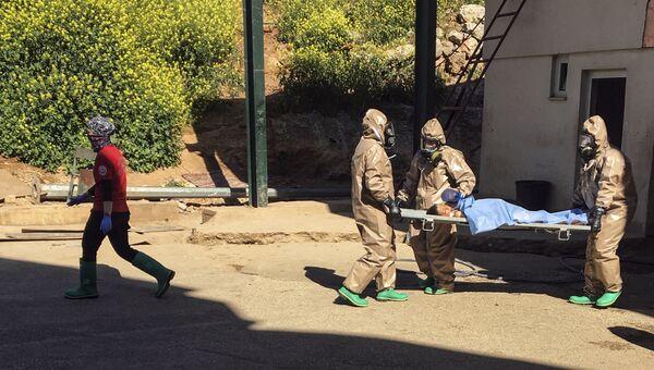 Транспортировка пострадавшего во время химической атаки в Хан-Шейхуне в госпиталь города Рейханлы, Турция. Архивное фото