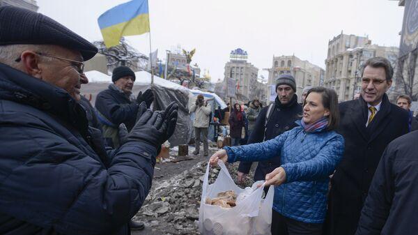 Заместитель госсекретаря США Виктория Нуланд и посол США в Украине Джеффри Пайетта на площади Независимости в Киеве. 11 декабря 2013
