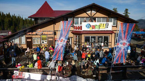 Отдыхающие в кафе Финиш у подножия горы Зеленая на горнолыжном курорте Шерегеш в Кемеровской области