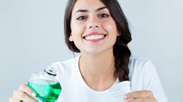 Девушка с ополаскивателем для рта