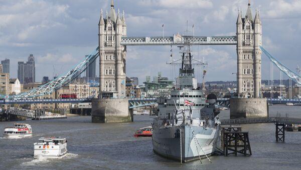 Вид на Тауэрский мост над рекой Темзой в Лондоне, Великобритания. Архивное фото