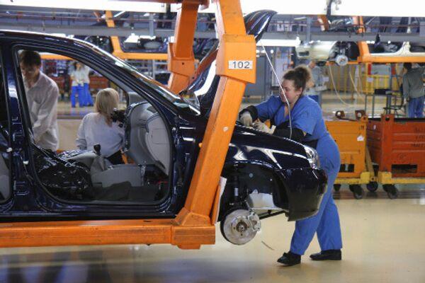 Крупнейший российский автопроизводитель АвтоВАЗ опровергает появившиеся в среду сообщения о массовом сокращении сотрудников