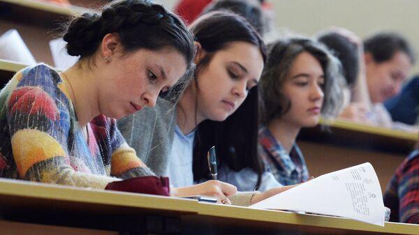 Студенты одного из вузов. Архивное фото