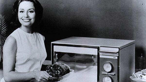 Ретро-плакат девушки с микроволновой печью